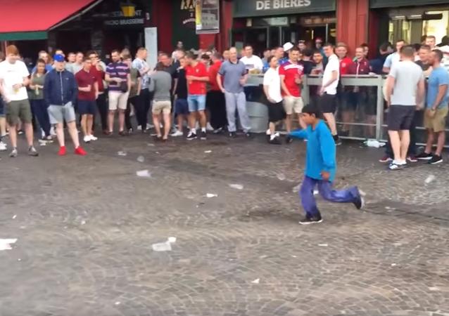 Avrupa Futbol Şampiyonası için Fransa'nın Lille kentinde bulunan İngiliz taraftarlar göçmen çocuklarla bozuk para atıp alay etti.