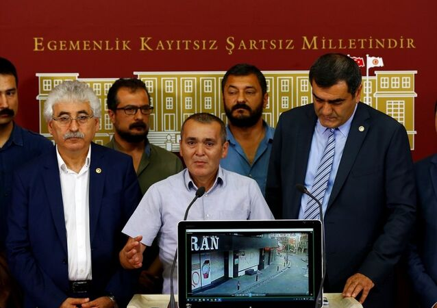CHP İstanbul Milletvekili Ali Şeker (sağda), beraberinde CHP milletvekilleri ve Berkin Elvan'ın babası Sami Elvan (ortada) ile parlamentoda basın toplantısı düzenledi.
