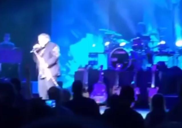 Amerikalı şarkıcı Meat Loaf sahnede yere yığıldı