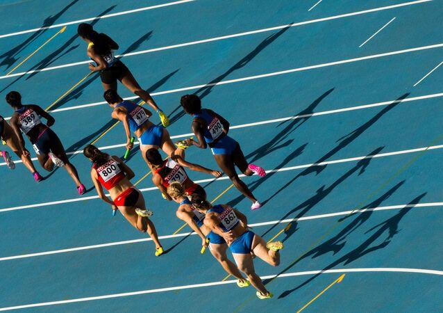 Dünya Atletizm Şampiyonası'nda koşan kadın atletler.