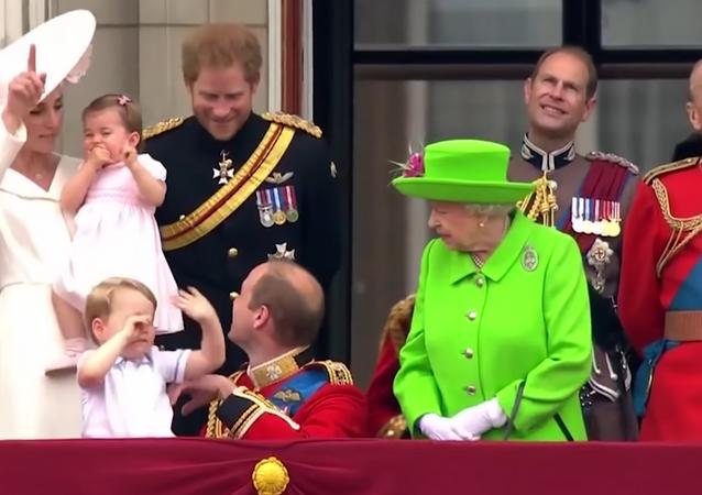 Kraliçe Elizabeth, diz çöken torunu Prens William'ı azarladı.