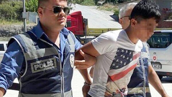 Antalya'nın Alanya ilçesine tatile gelen Danimarkalı 18 yaşındaki Michelle W.R. adlı kızı takip ederek ara sokakta tecavüz ettiği iddia edilen 19 yaşındaki Yasin T. gözaltına alındı. - Sputnik Türkiye