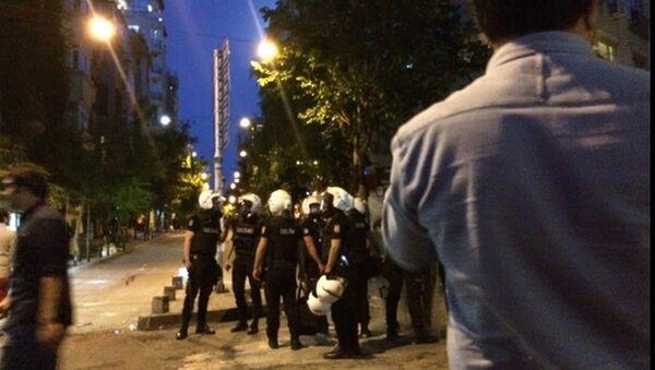 İstanbul Firuzağa'da Radiohead etkinliği düzenleyen Velvet Indieground Records adlı plakçıya 'ramazanda içki içtikleri' gerekçesiyle saldırılmasının ardından bugün olayı protesto etmek için toplanan kitleye polis müdahale etti. - Sputnik Türkiye
