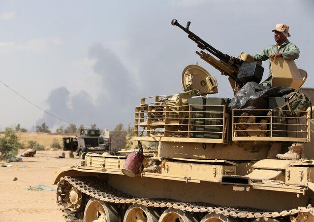 Tikrit'in kuzeyindeki Baiji rafinerisi yakınlarındaki bir Irak ordusu askeri.