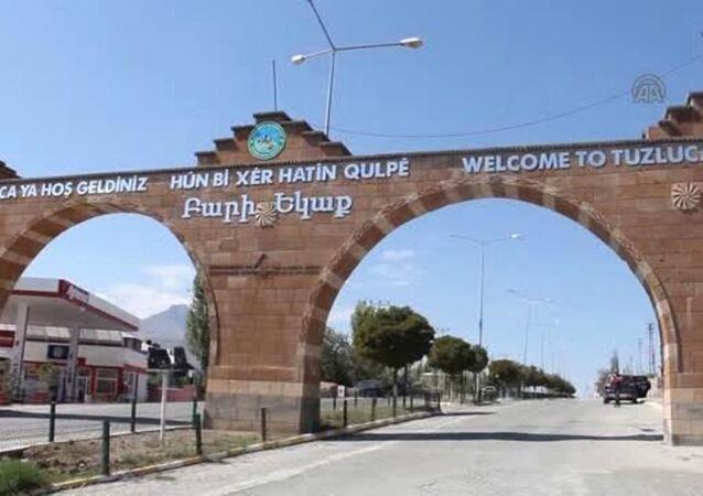 Iğdır'ın Tuzluca ilçesinin giriş ve çıkışına belediye tarafından yerleştirilen, üzerinde Türkçe, Kürtçe, İngilizce ve Ermenice dillerinde 'Hoşgeldiniz' ile 'Güle güle' yazılı tabeladaki Ermenice ifadeler 'tepki' nedeniyle belediye ekiplerince söküldü.