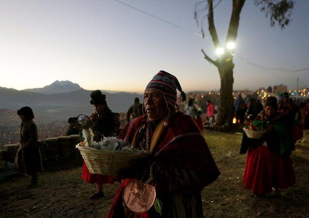 Aymara takvimine göre 5524 yılına giren Bolivya yerlileri, 21 Haziran'da kutladıkları yeni yılı dans ederek ve adaklar sunarak karşıladı.