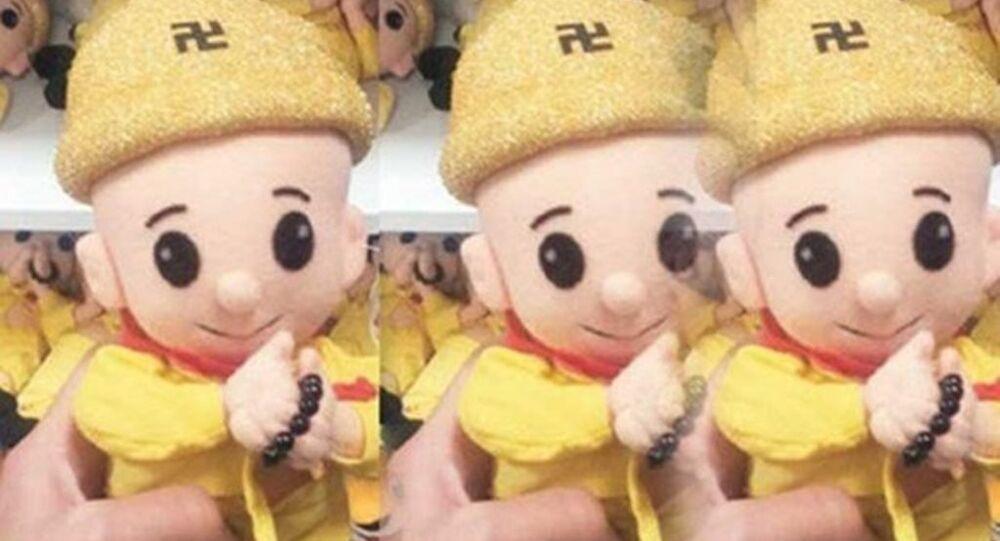 Elinde tespih, başında da Nazilerin de sembol olarak kullandığı 'gamalı haç' çizili bere bulunan oyuncak bebeklerin serbestçe satıldığı ortaya çıktı.