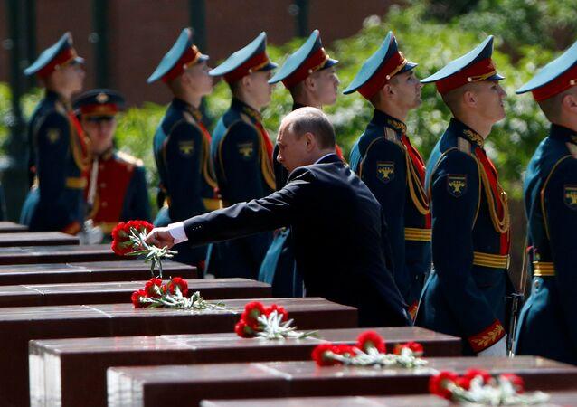 Putin, 'Anma ve Keder Günü'nde Meçhul Asker Anıtı'na çelenk bıraktı.
