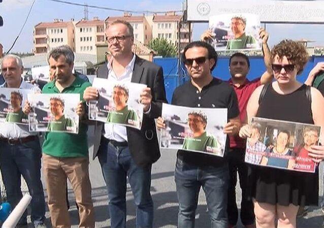 Sınır Tanımayan Gazeteciler Örgütü ve Gazetecilere Özgürlük Platformu (GÖP) üyeleri, Ahmet Nesin, Erol Önderoğlu ve Şebnem Korur Fincancı'nın tutuklanmasını Metris cezaevi önünde protesto etti.
