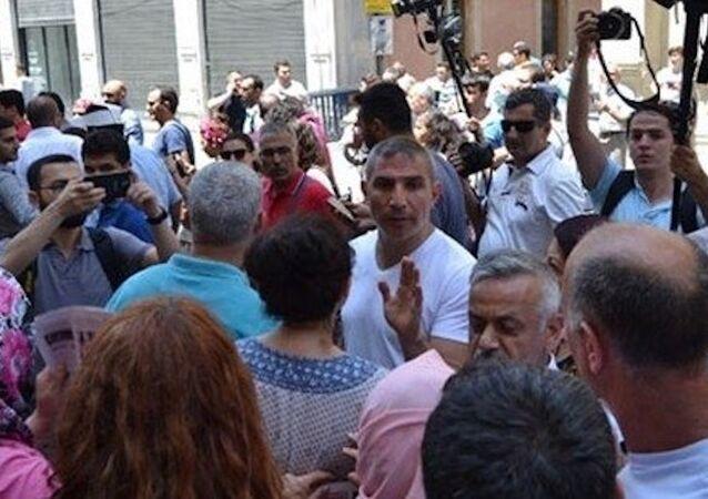 Polis, İstiklal Caddesi'nde Özgür Gündem dağıtmak isteyen gruba engel oldu.