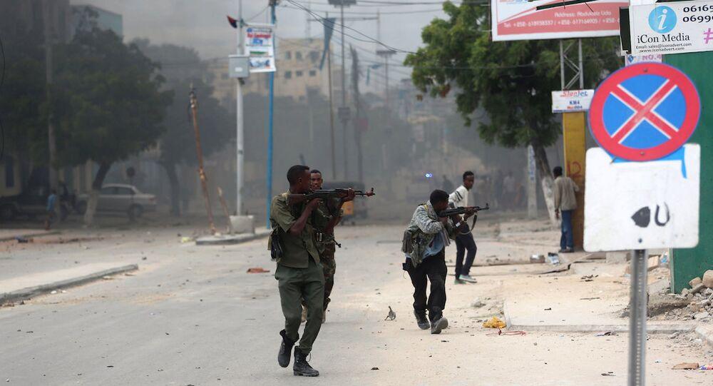 Somali'nin başkenti Mogadişu'daki bir otele saldırı düzenleyen militanlarla güvenlik görevlileri arasında çatışma çıktı.