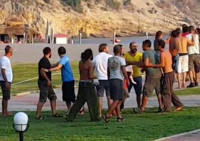 Muğla'nın Fethiye ilçesinde yamaç paraşütü pilotları arasında müşteri paylaşımı konusunda çıkan kavga, turistler tarafından cep telefonuyla görüntülendi.