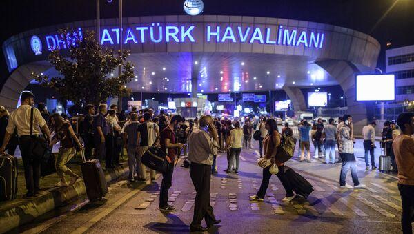 Yolcular, saldırının ardından tahliye edilen Atatürk Havalimanı'nın dışına bekliyor. - Sputnik Türkiye