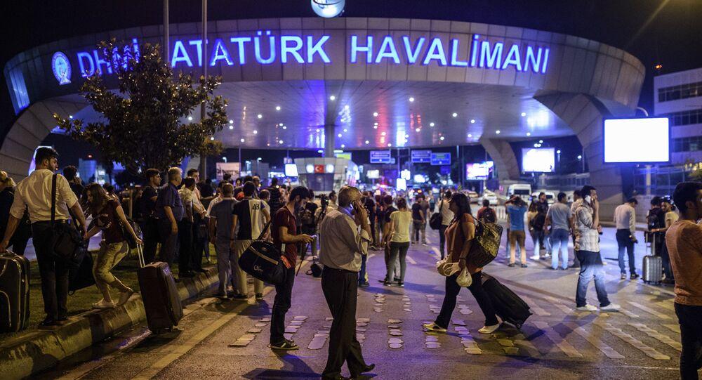 Yolcular, saldırının ardından tahliye edilen Atatürk Havalimanı'nın dışına bekliyor.