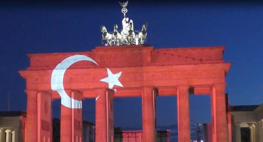 Almanya'daki Brandenburg Kapısı, Atatürk Havalimanı'ndaki saldırının ardından kırmızı-beyaz renklerle aydınlatıldı.