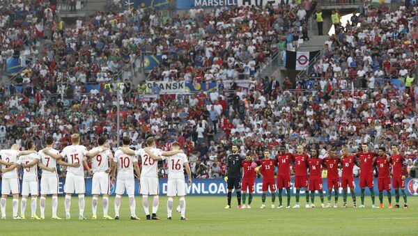 EURO 2016 çeyrek final maçında karşı karşıya gelen Polonya ve Portekiz milli takımları, İstanbul'da hayatını kaybedenler için saygı duruşunda bulundu. - Sputnik Türkiye
