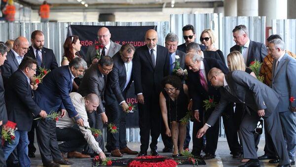 Konsoloslar Atatürk Havalimanı'nda patlamanın olduğu yere çiçek bıraktı - Sputnik Türkiye