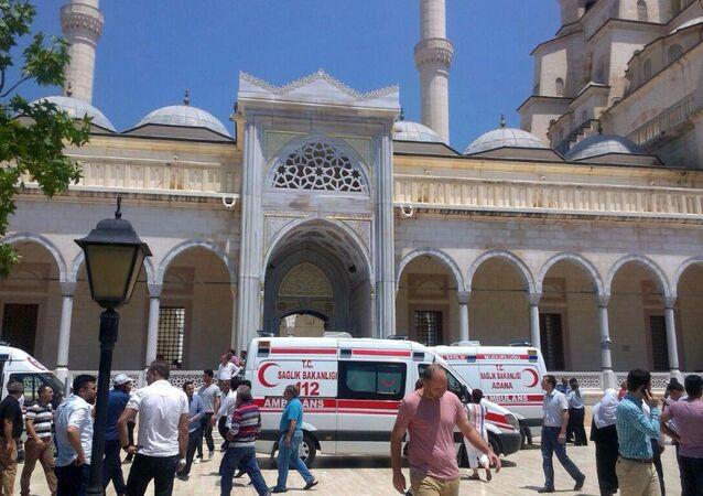 Adana'daki Sabancı Merkez Camii'nde cuma hutbesi okunurken bir kişinin ayağa kalkıp imama doğru koşması 'canlı bomba' paniğine neden oldu.