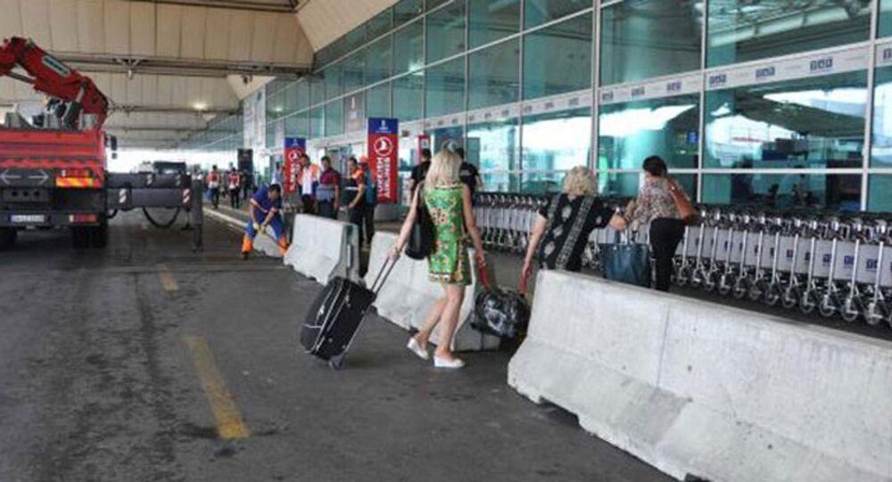 Atatürk Havalimanı'nda yeni bir güvenlik önlemi olarak dış ve iç hatlar terminali yollarına paralel olarak beton bariyerler kuruldu.