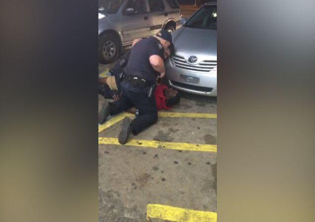 ABD'de iki polisin bir siyahı vurarak öldürdüğü görüntüleri ortaya çıktı