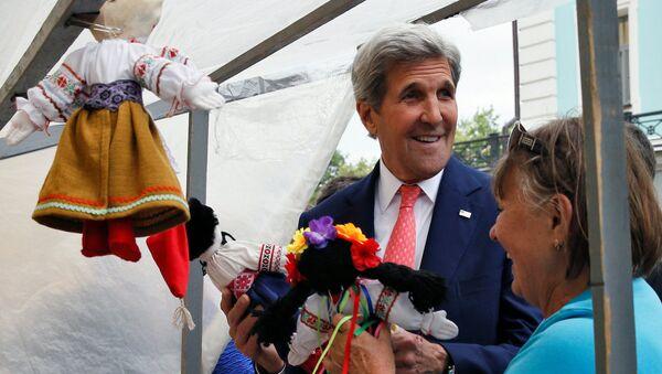ABD Dışişleri Bakanı John Kerry Ukrayna'da bir pazar yerinde. - Sputnik Türkiye