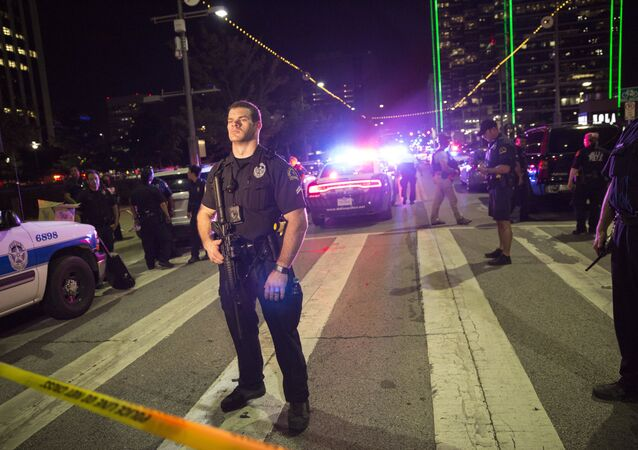 Dallas'ta saldırılarda 5 polis memuru keskin nişancı tarafından vurularak öldürüldü.