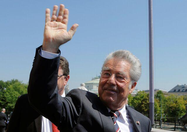 Anayasa mahkemesinin cumhurbaşkanlığı seçimini iptal ettiği Avusturya'da, Cumhurbaşkanı Heinz Fischer, 12 yıldır sürdürdüğü görevini düzenlenen törenle Meclis Başkanları Konseyi'ne devretti.