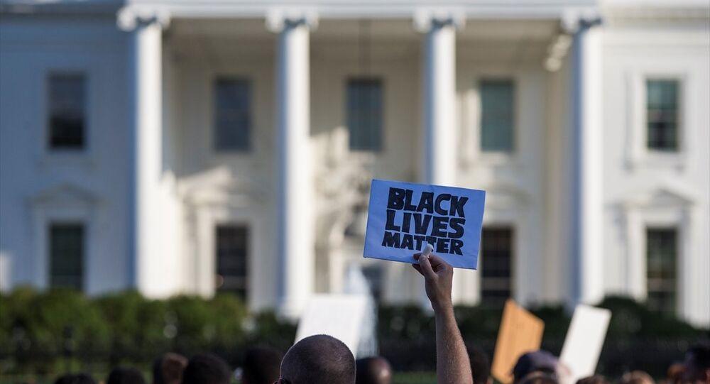 ABD'de polislerin siyahları öldürmesi Beyaz Saray önünde protesto edildi