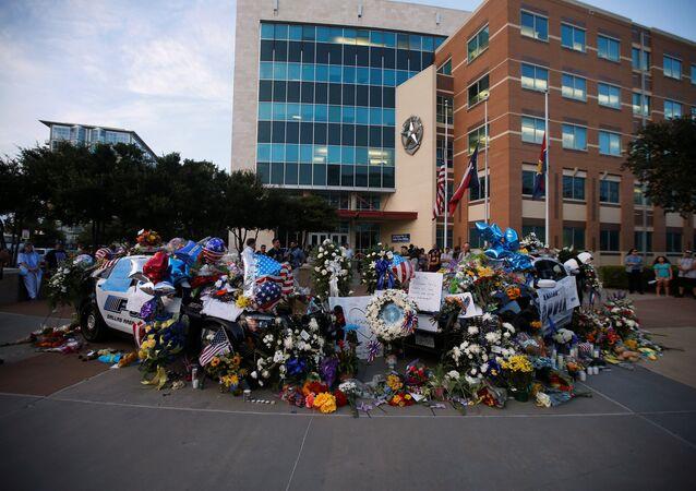 Dallas'ta saldırı sonucu ölen polisler anılıyor