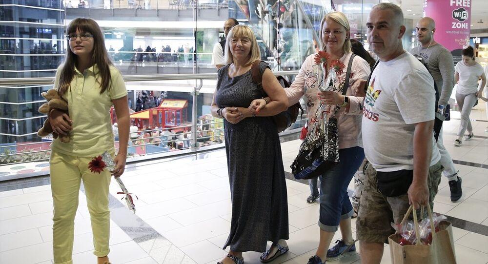 Antalya'ya gelen Rus turistler çiçeklerle karşılandı