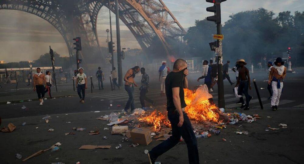 Fransa'nın ev sahipliğinde düzenlenen Avrupa Futbol Şampiyonası'nı (EURO 2016) Portekiz'in kazanmasının ardından başkent Paris'te çıkan çatışmalar sonrası 50 kişi gözaltına alındı.