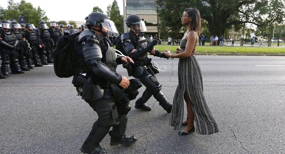ABD'de bir siyah kadının iki polisin önünde dururken görüldüğü fotoğraf, siyah hakları hareketinin simgelerinden biri haline geldi.