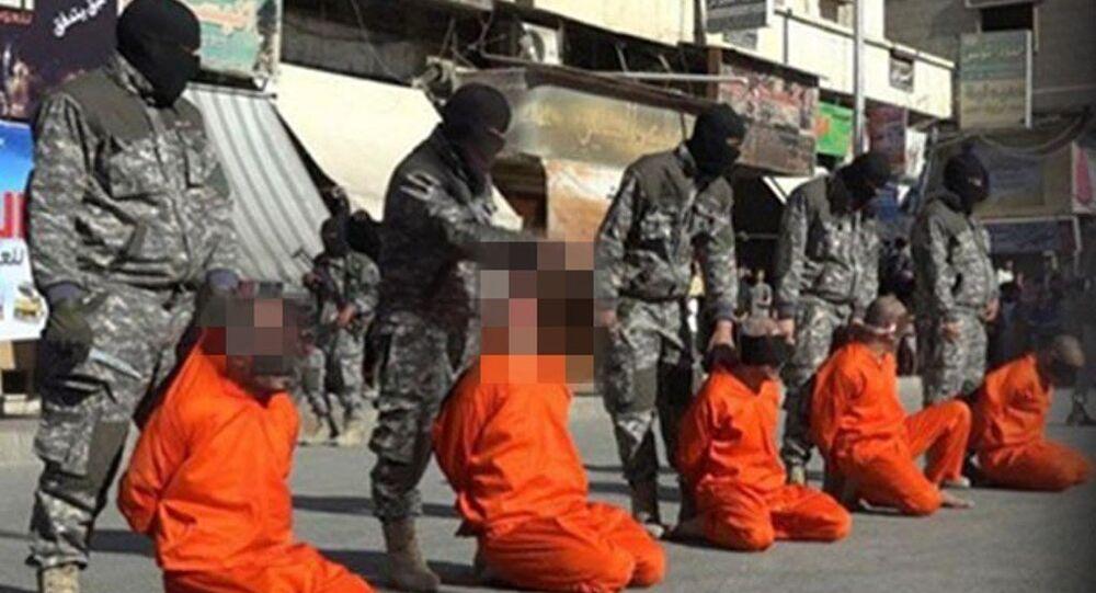 IŞİD militanları, Suriye'nin Rakka kentinde 5 futbolcunun kafasını kesti.