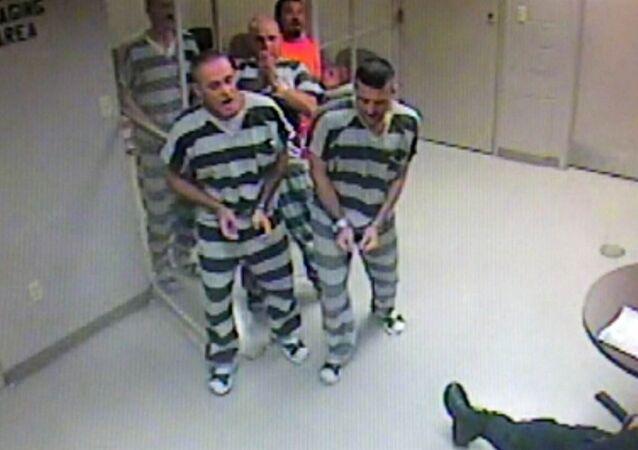 Kalp krizi geçiren gardiyanı mahkumlar kurtardı