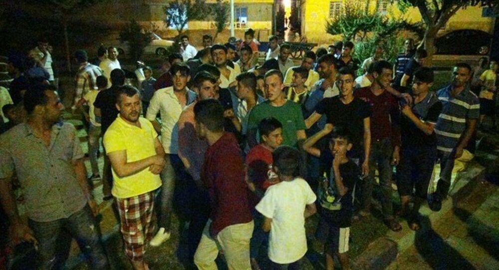 Şanlıurfa'da, işyerinden evine giden 22 yaşındaki Sedat Alındı'nın bıçaklanarak cep telefonu gasp edildi. Gencin oturduğu mahalle sakinleri, gaspın Suriyeliler tarafından yapıldığını öne sürerek mahallelerindeki Suriyelilere tepki gösterdi.