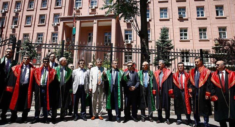 Yürürlüğe girmesinin ardından üyelikleri sona erecek bazı Yargıtay ve Danıştay üyeleri, yüksek yargıda yeni düzenlemeler içeren kanunu protesto ederek, düzenlemenin geri çekilmesini istedi.