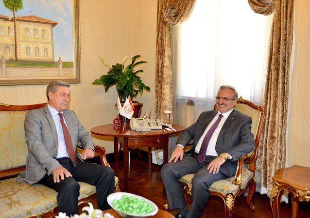 Rusya'nın Antalya Başkonsolosu Alexander Tolstopyatenko, Antalya Valisi Münir Karaloğlu'nu ziyaret etti.
