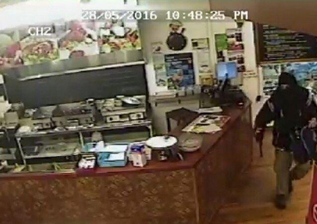 Yeni Zelanda'da bir kebapçı, dükkanına giren silahlı ve maskeli soyguncuyu görmezden gelerek, ona adeta 'hayalet muamelesi' yaptı.