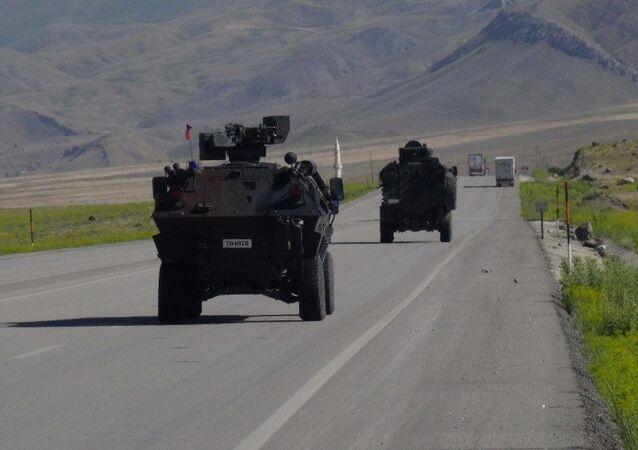 Türkiye'nin İran'a açılan en önemli sınır kapısı Ağrı Gürbulak, hem geliş hem gidiş olmak üzere çift yönle trafiğe kapatıldı. Sınır kapısının yola döşenen patlayıcı nedeniyle kapatıldığı ortaya çıktı.