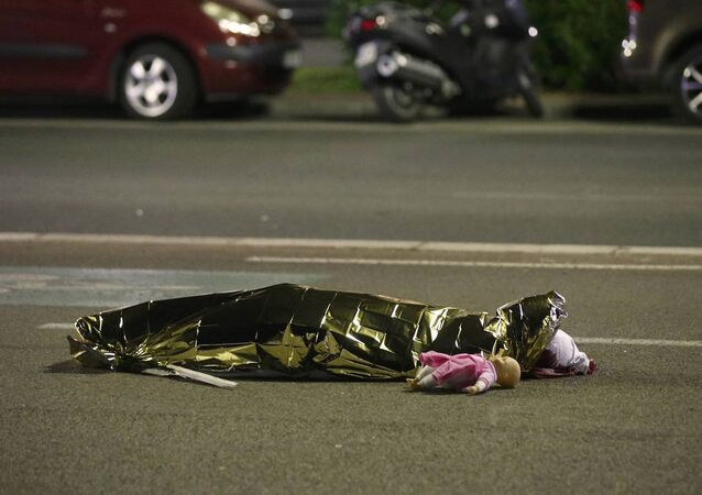 Kamyon şoförünün daha fazla kişiye zarar vermek amacıyla zigzag çizerek gittiği belirtilirken, saldırıda çok sayıda çocuk da hayatını kaybetti.