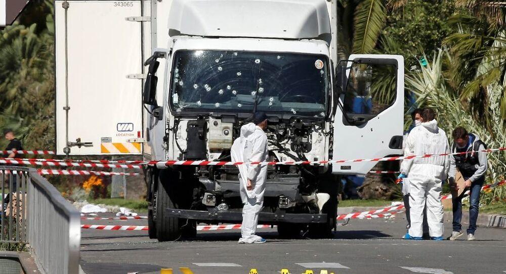 Fransa'nın Nice kentindeki saldırıda kullanılan kamyon inceleme altında.