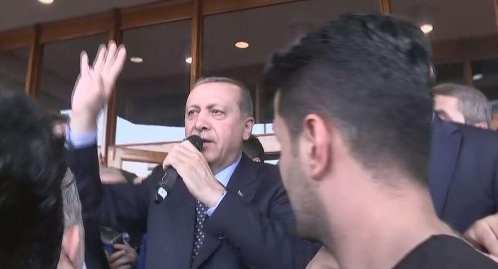 Cumhurbaşkanı Recep Tayyip Erdoğan, Atatürk Havalimanı'nda vatandaşlara hitap etti.