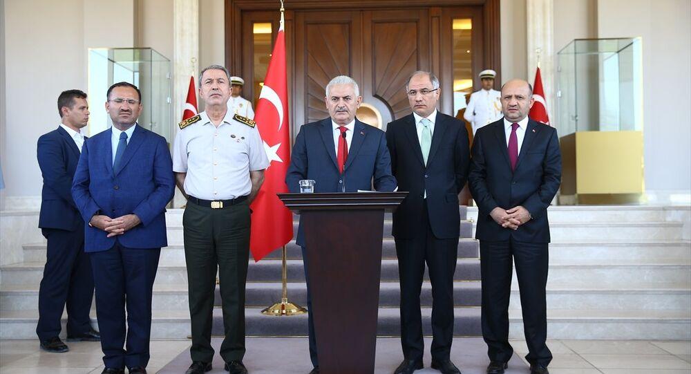 Başbakan Binali Yıldırım, Çankaya Köşkü'nde gazetecilere açıklamalarda bulundu. Genelkurmay Başkanı Orgeneral Hulusi Akar (sol 2), Adalet Bakanı Bekir Bozdağ (solda), İçişleri Bakanı Efkan Ala (sağ 2), Milli Savunma Bakanı Fikri Işık (sağda), Başbakan'a eşlik etti.