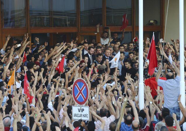 Cumhurbaşkanı Erdoğan, Atatürk Havalimanı'na gelen destekçilerine hitap etti.