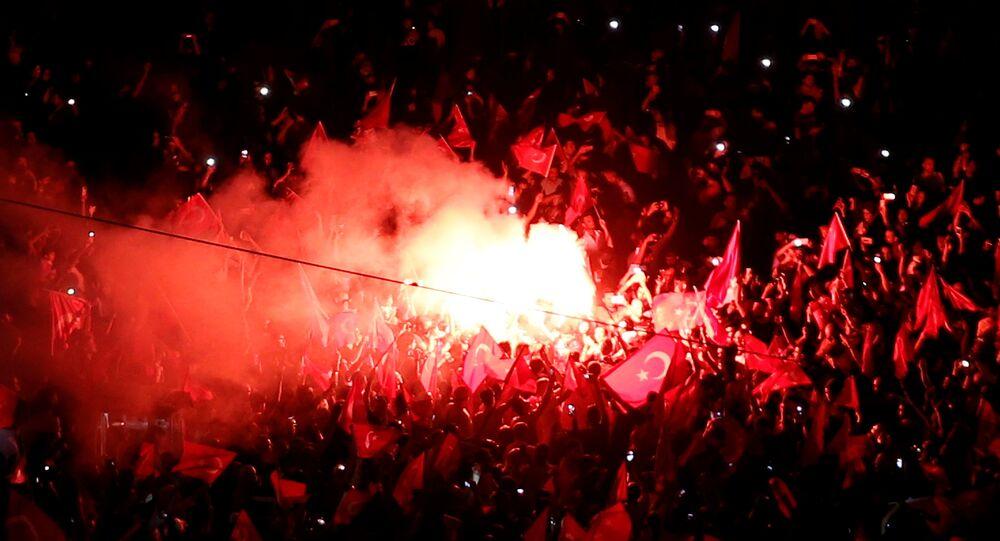 Ankara, İstanbul ve İzmir'deki meydanlarda darbe girişimi protesto ediliyor.