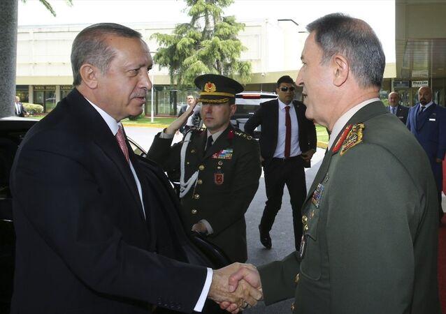'Fetullahçı Terör Örgütü'nün (FETÖ) darbe girişimine ilişkin soruşturma kapsamında, Ankara Cumhuriyet Başsavcılığınca hakkında gözaltı kararı verildiği belirtilen Cumhurbaşkanı Başyaveri Albay Ali Yazıcı (sol 2)