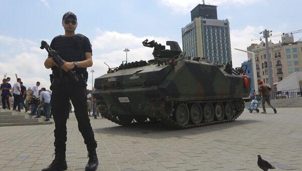 Darbe girişimi - Taksim Meydanı'nındaki terk edilmiş tank - Sputnik Türkiye