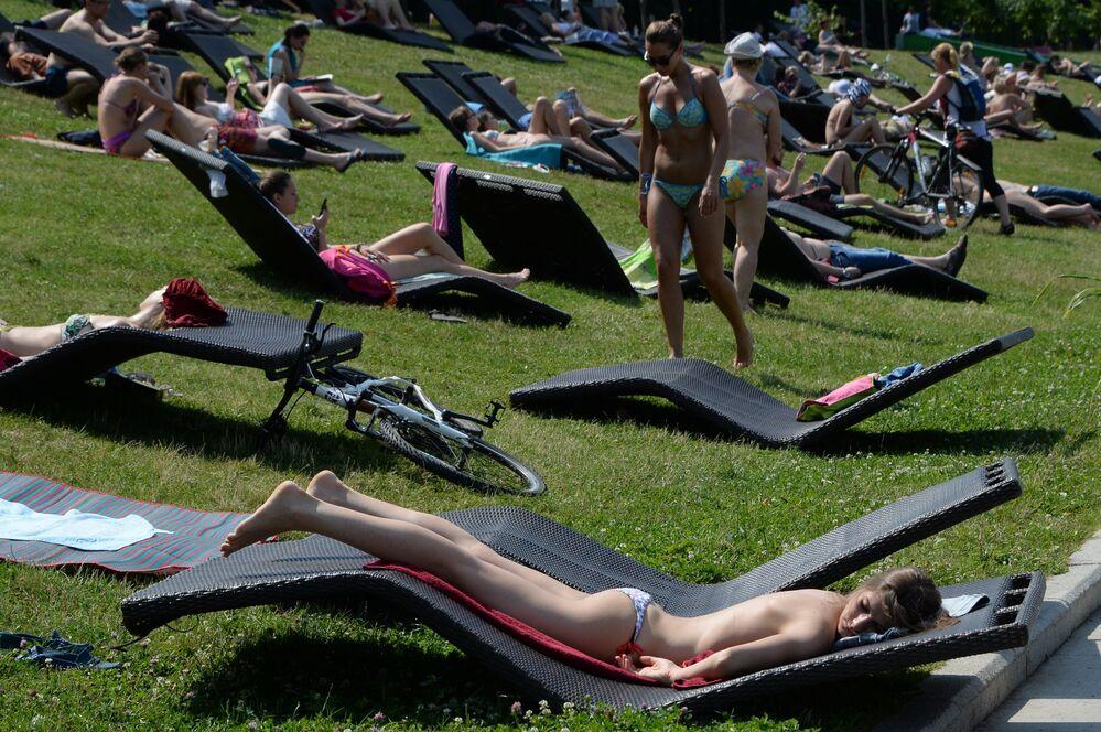 Rusya'nın başkenti Moskova'da 32 dereceyi aşan hava sıcaklığıyla kent sakinleri 'sokaklara döküldü.' Moskova'da yaz sezonuyla birlikte bikini sezonu da açıldı.