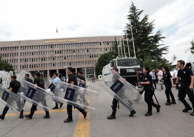 Ankara Adalet Sarayı'nın önündeki polisler