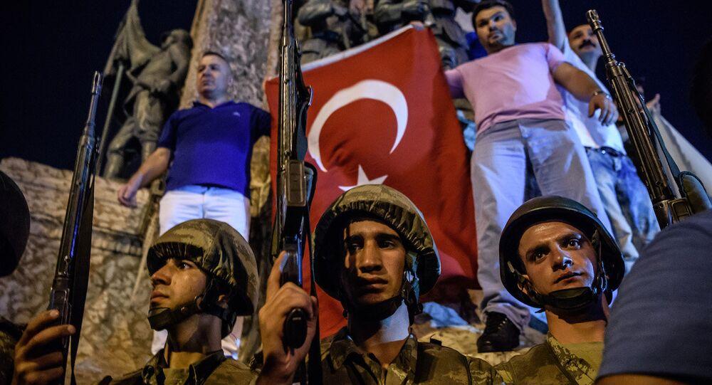 Darbe girişimi gecesi Taksim Meydanı'ndaki askerler.